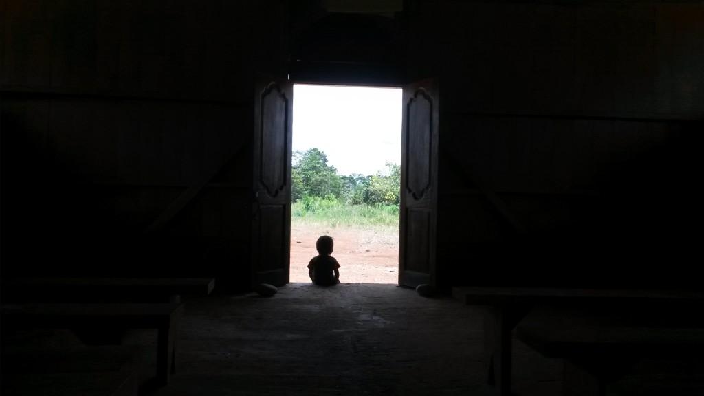 Chlapec v kaplnke.