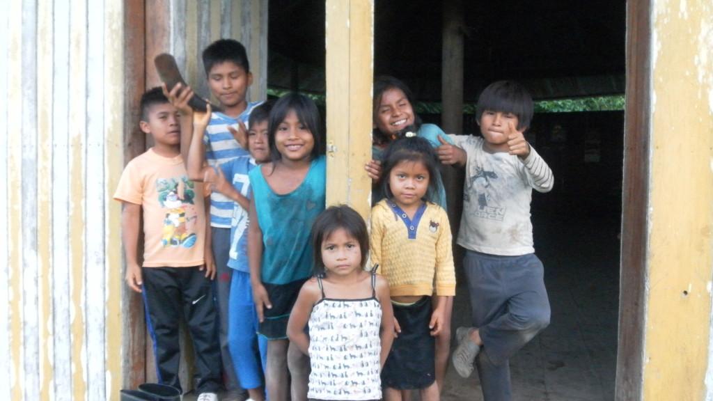 Deti pred kaplnkou